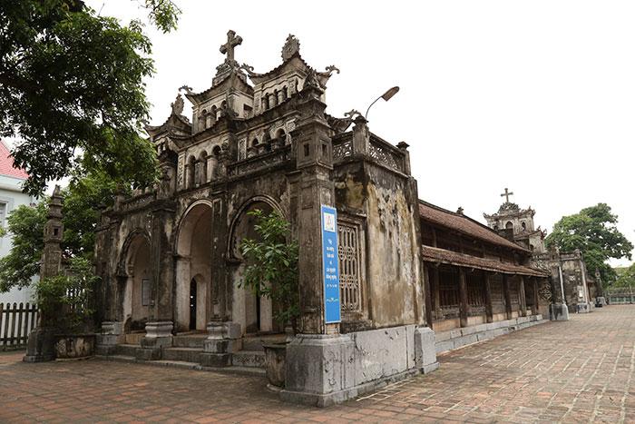La catedral de Phat Diem en Nih Binh la Bahia de Halong ent tierra