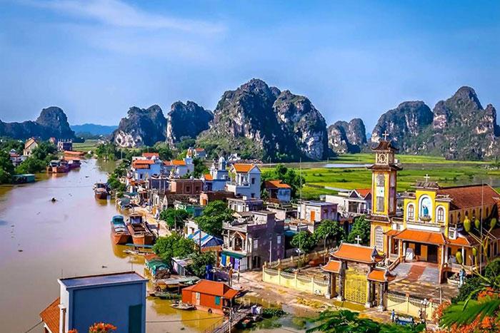 Pueblo flotante en Kenh Ga en Ninh Binh la Bahia de Halong en tierra