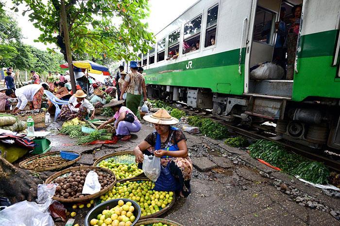 Tren circular en Yangon Myanmar