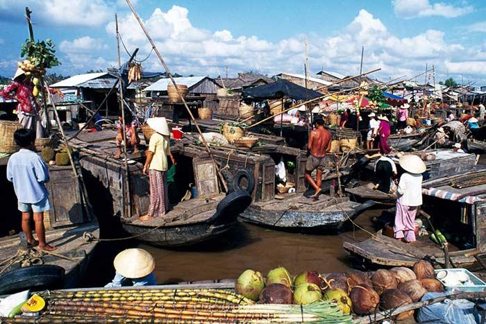 Mercado flotante en el Delta del Mekong Vietnam