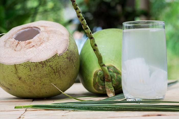 Agua de coco bebida popular en Vietnam
