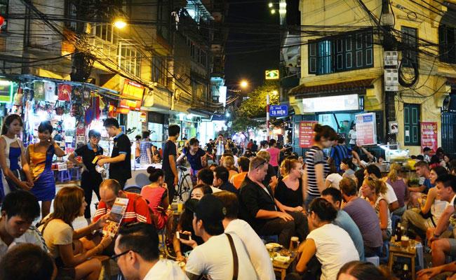 Bares en la calle en el barrio antiguo de Hanoi