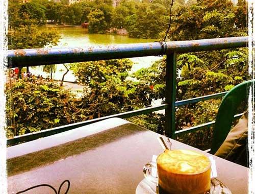 Cafe Pho Co en Hanoi con vista al lago Hoan Kiem