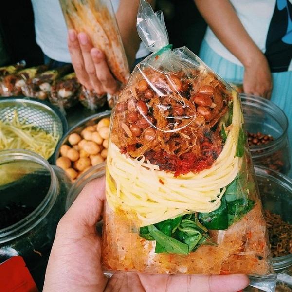 Ensalada de hojas de arroz plato popular de Saigon