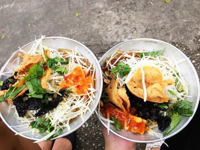 Ensalada de papaya verde con carne seca plato popular de Saigon