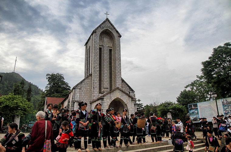 Actividad cultural en la iglesia de piedra de Sapa