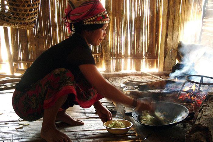Preparacion de platos locales en un alojamiento familiar en Laos