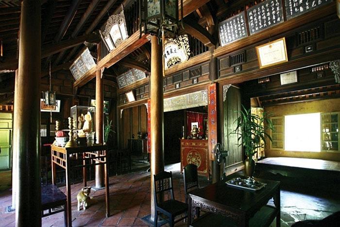 Altar de los ancestros en la casa jardin An Hien en Hue
