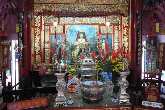 Altar en la casa comunal fujian en Hoi An