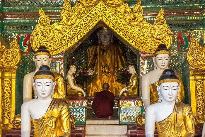Altar en la pagoda Shwedagon en Yangon Myanmar