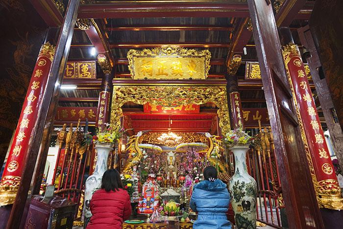 Altar en el templo de Bach Ma en Hanoi