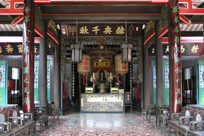Altar en el templo chino Trieu Chau en Hoi An