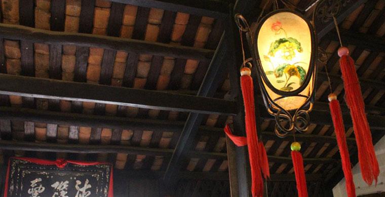 Decoracion de la antigua casa phung hung en Hoi An