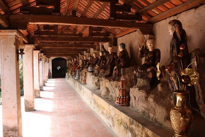 Estatuas en el antiguo pueblo de Nom