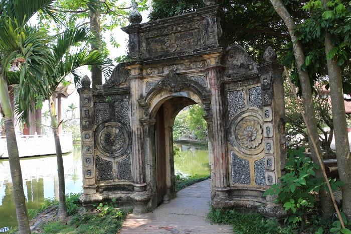 Antiguo portal del pueblo de Nom