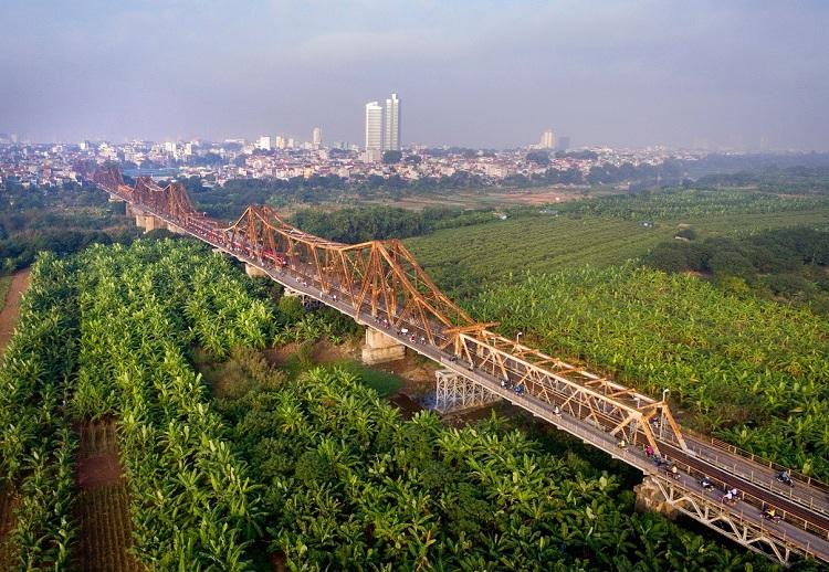 Isla de platanos en el puente Long Bien en Hanoi