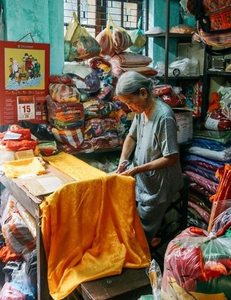 Artesana de linternas en Hoi An