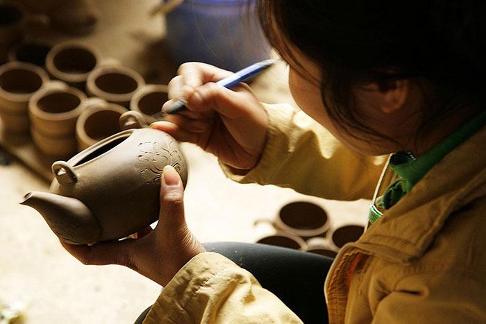Artesano en el pueblo de thanh ha en Hoi An