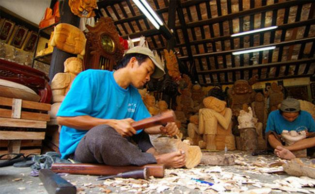 Artesano en el pueblo de carpinteria de Kim Bong