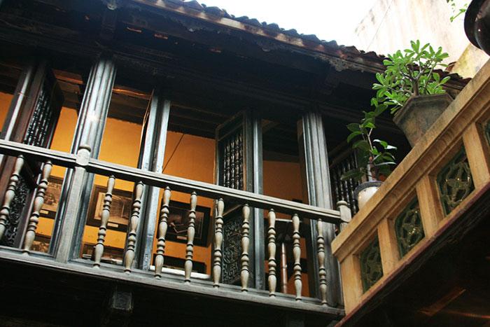 Balcones de madera en la antigua casa 87 ma may en Hanoi