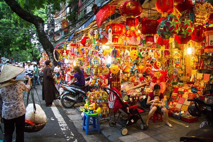 La calle hang ma en el barrio de los 36 gremios en hanoi