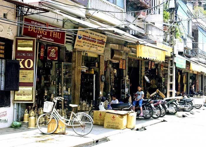 La calle de bronce en el barrio antiguo de hanoi