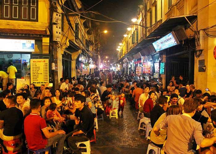 Comida callejera en el barrio antiguo de hanoi-