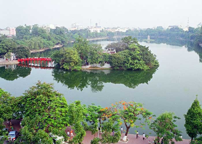 Vista panóramica del lago hoan kiem en el barrio hanoi