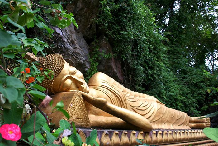 Buda reocstado en el monte Phousi en Luang Prabang