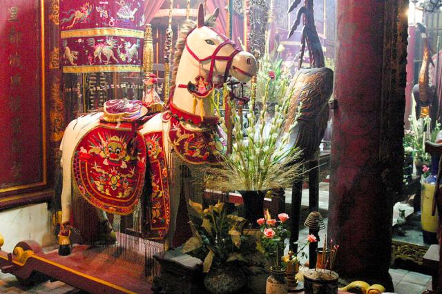 Caballo blanco en el templo de Bach Ma en Hanoi
