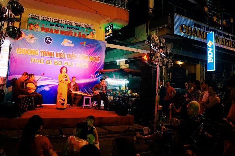 Espectaculo de musica en la calle Bui Vien en Saigon Vietnam