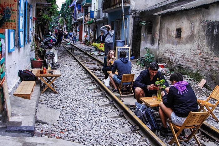 Cafes y restaurantes en la calle del tren de Hanoi