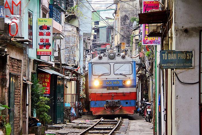 Pase del tren en la calle del tren de Hanoi