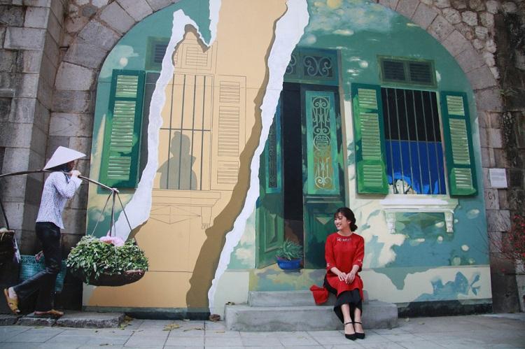 Fresco en la calle del tren en Hanoi