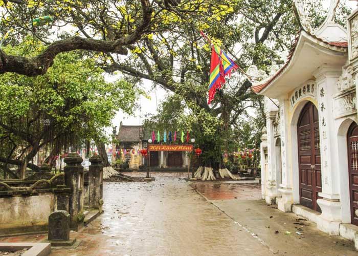Casa comunal en el el antiguo pueblo Nom cerca de Hanoi