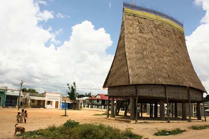 Casa comunal bahnar en Kontum Vietnam