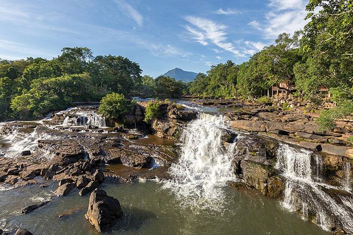 Cataratas de Tad Lo en la meseta de Bolovens en Laos