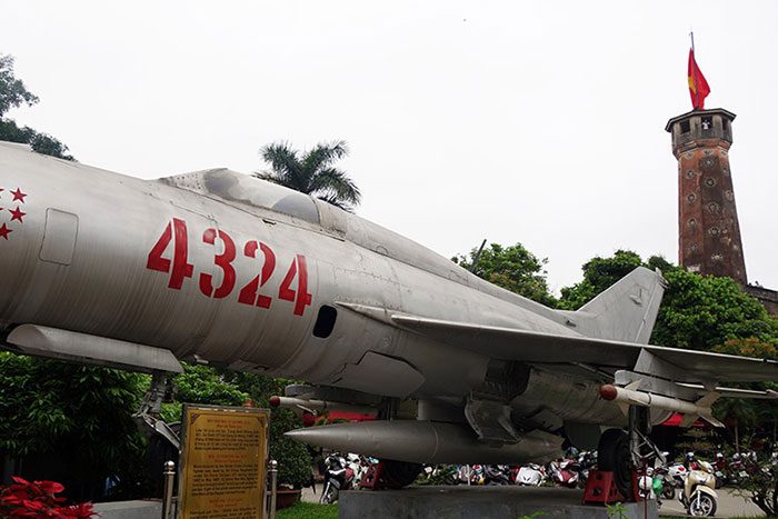 Avion caza en el museo de historia militar de Vietnam en Hanoi