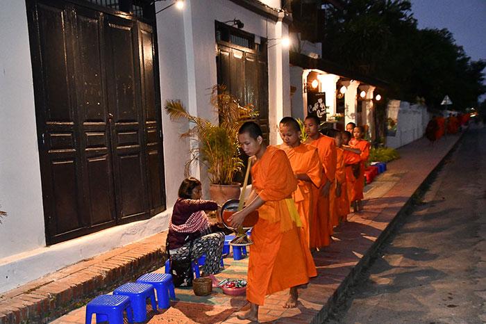 Ceremonia matinal de Tak Bak en Luang Prabang Laos