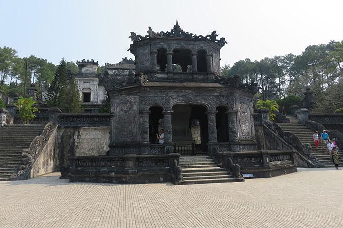 Chalet de la estela en el mausoleo de Khai Dinh en Hue