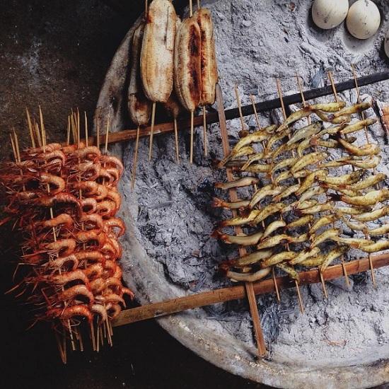 Barbacoa de camarones en Ba Be Vietnam