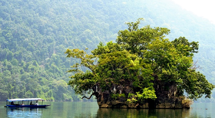 Islote de la viuda en el lago Ba Be