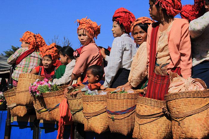 Mercado etnico de Pindaya en Myanmar
