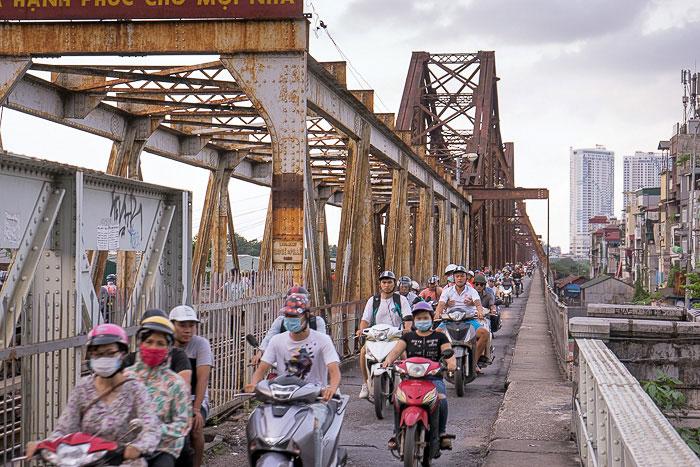 Circulacion en el puente de Long Bien en Hanoi
