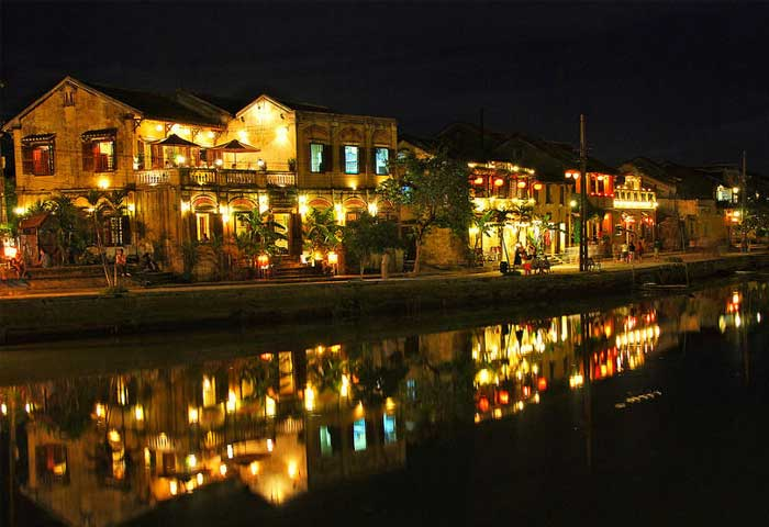 Linternas de noche en la ciudad de Hoi An