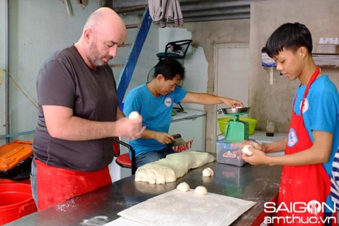 Preparacion del pan griego en Saigon