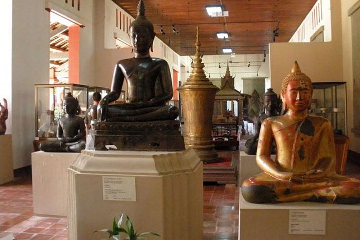 Colección de buda en el museo nacional de camboya