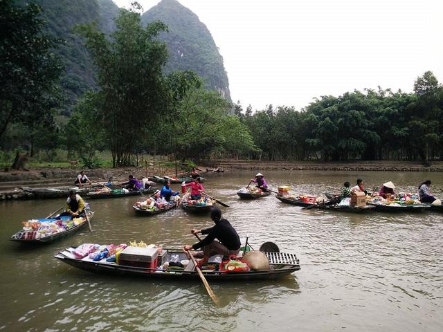 Comerciantes en el mercado flotante de Tam Coc