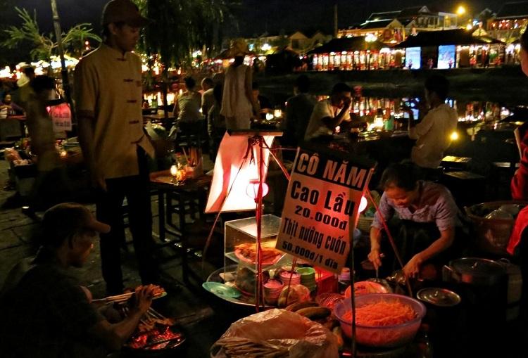 Comerciantes en el mercado nocturno de Hoi An