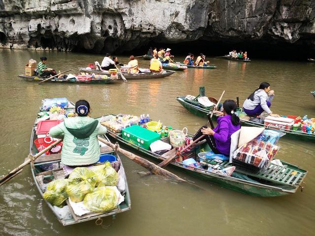 Comercio en el mercado flotante de Tam Coc
